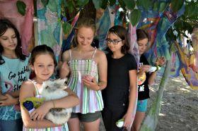 Na terase s hedvábím i králíčkem