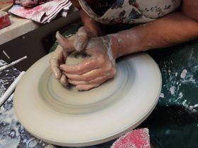 Centrování hlíny na kruhu - Foto